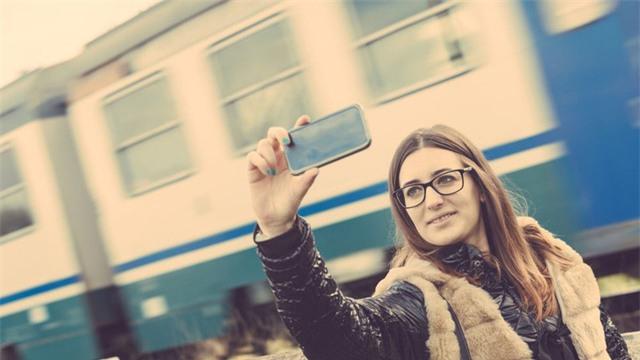 Chụp ảnh selfie trước đoàn tàu đang chạy là điều được nhiều bạn trẻ ưa thích. Tuy nhiên đây là một việc làm hết sức nguy hiểm.