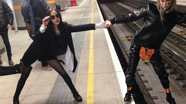 Một trong những kiểu chụp cực nguy hiểm trên đường ray tàu điện.