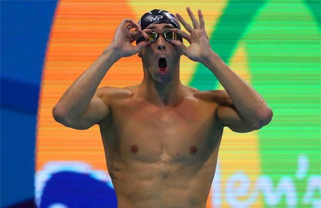 Kình ngư Michael Phelps bơi thi với cá mập trắng - Ảnh 2.
