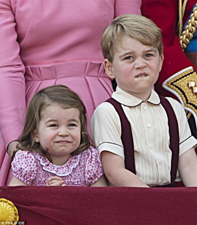 Công chúa nhỏ tựa vai, bắt chước hành động siêu đáng yêu của anh trai trong lễ mừng sinh nhật Nữ hoàng Anh - Ảnh 3.