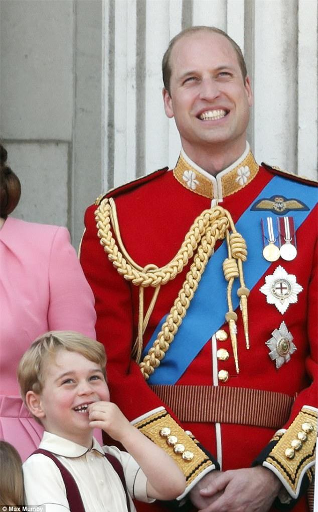 Công chúa nhỏ tựa vai, bắt chước hành động siêu đáng yêu của anh trai trong lễ mừng sinh nhật Nữ hoàng Anh - Ảnh 6.