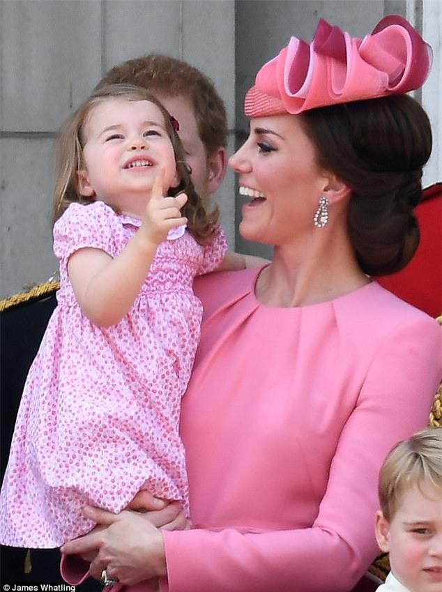 Công chúa nhỏ tựa vai, bắt chước hành động siêu đáng yêu của anh trai trong lễ mừng sinh nhật Nữ hoàng Anh - Ảnh 7.