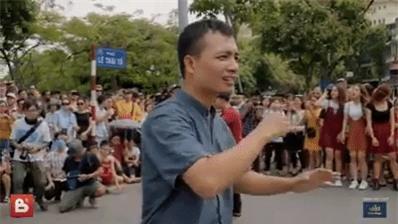 Sau 6 năm yêu nhau, chàng trai cầu hôn bạn gái ở phố đi bộ cùng sự giúp sức của hơn 70 nghệ sĩ khiến ai cũng xúc động! - Ảnh 2.
