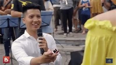 Sau 6 năm yêu nhau, chàng trai cầu hôn bạn gái ở phố đi bộ cùng sự giúp sức của hơn 70 nghệ sĩ khiến ai cũng xúc động! - Ảnh 6.