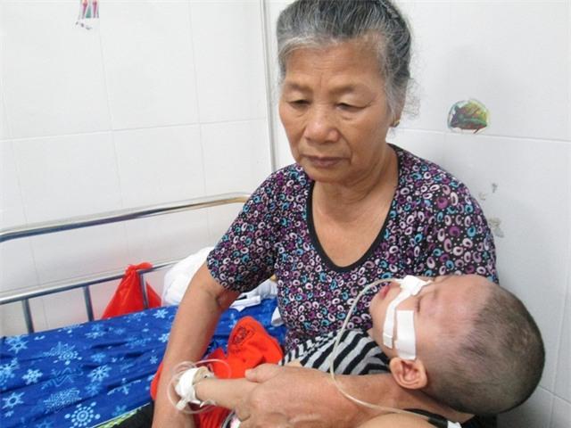 Hai bà cháu Minh tại bệnh viện. Ảnh: Nông Thuyết