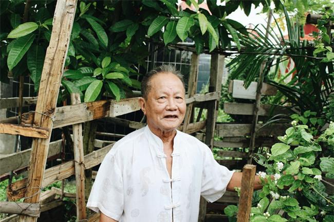 Chuyện tình yêu của cụ ông tự tay trồng và chăm sóc cả một vườn hoa ngát hương bên mộ phần người vợ đã khuất - Ảnh 1.
