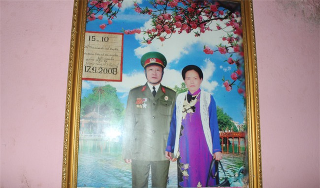 Chuyện tình yêu của cụ ông tự tay trồng và chăm sóc cả một vườn hoa ngát hương bên mộ phần người vợ đã khuất - Ảnh 2.
