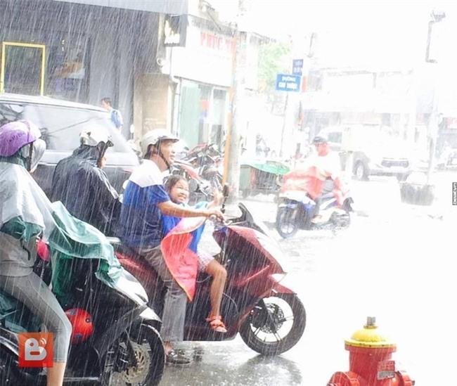 Bức ảnh ấm lòng trong Ngày của Cha: Bố ướt sũng nhường áo mưa, miễn là con đừng ốm nhé! - Ảnh 1.