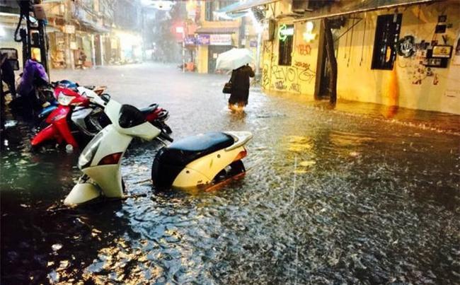 [CẬP NHẬT] Hà Nội mưa xối xả, nhiều tuyến đường ngập sâu
