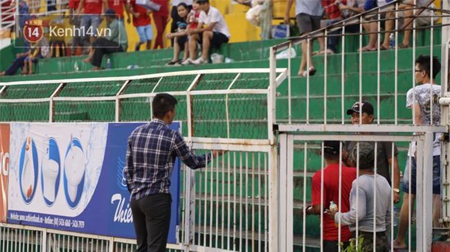 Đội nhà đá quá dở, Công Vinh xuống tận sân xin lỗi khán giả - Ảnh 3.