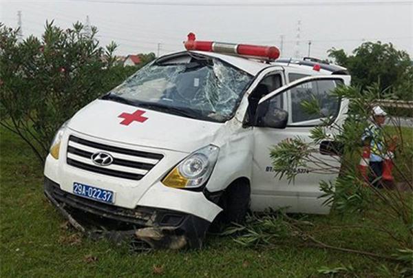 Thái Nguyên: Xe cứu thương đang chở bệnh nhân bất ngờ lao vào giải phân cách, 3 người gặp nạn - Ảnh 1.