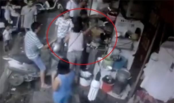 Nữ nhân viên quán chè nổi tiếng ở phố cổ Hà Nội bị khách hàng chửi bới, đập đầu xuống đất - Ảnh 1.