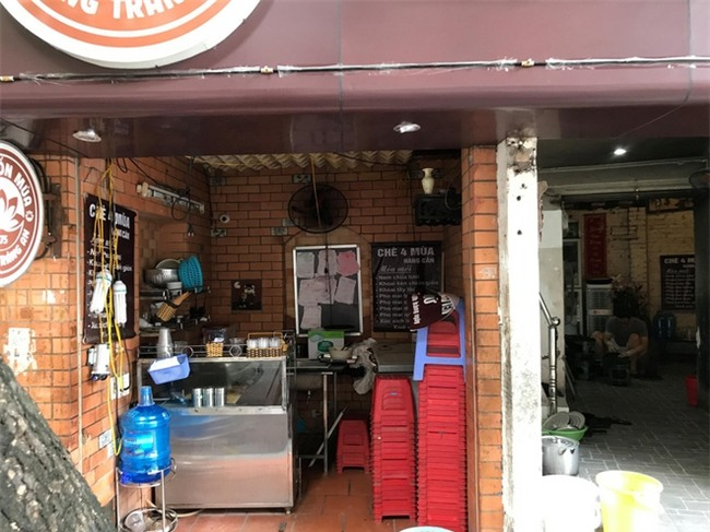 Nữ nhân viên quán chè nổi tiếng ở phố cổ Hà Nội bị khách hàng chửi bới, đập đầu xuống đất - Ảnh 3.