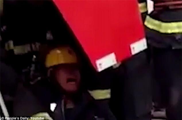 Chồng cứu hỏa gào khóc thảm thương vì không thể cứu vợ mắc kẹt trong công xưởng cháy ngùn ngụt - Ảnh 2.