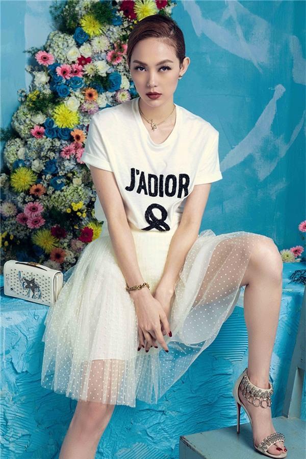 Không hổ danh là mỹ nhân sở hữu gout thời trang thời thượng và sành điệu của Vbiz. Cô liên tục nhận được những lời mời hợp tác từ các nhãn hiệu lớn trên thế giới như: Dolce & Gabbana, Dior, Disquared2, Jacqueline... Vì vậy, nữ ca sĩ luôn xuất hiện với những bộ cánh đắt tiền và đẳng cấp. - Tin sao Viet - Tin tuc sao Viet - Scandal sao Viet - Tin tuc cua Sao - Tin cua Sao