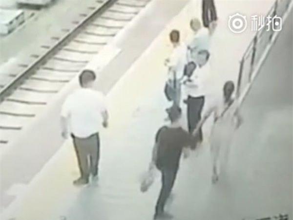 Clip: Bị sàm sỡ, người phụ nữ đẩy đối phương ngã sấp mặt xuống đường ray tàu hỏa - Ảnh 1.