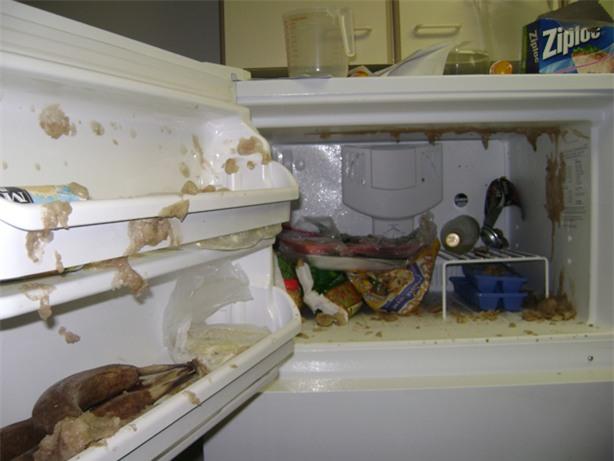 Không cần cho vào ngăn đá, chỉ 2 phút là chai nước nguội đã trở nên lạnh buốt, mẹo hay mùa hè đây các mẹ! - Ảnh 1.