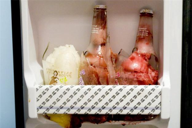 Không cần cho vào ngăn đá, chỉ 2 phút là chai nước nguội đã trở nên lạnh buốt, mẹo hay mùa hè đây các mẹ! - Ảnh 2.