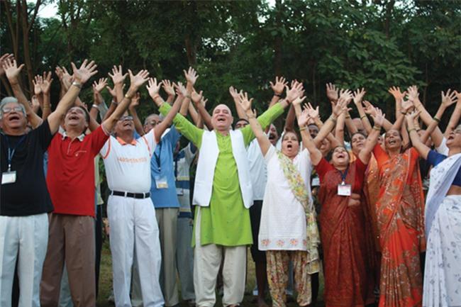 Tác dụng kỳ lạ của Yoga Cười: Sóng năng lượng chữa bệnh chạy khắp cơ thể - Ảnh 2.