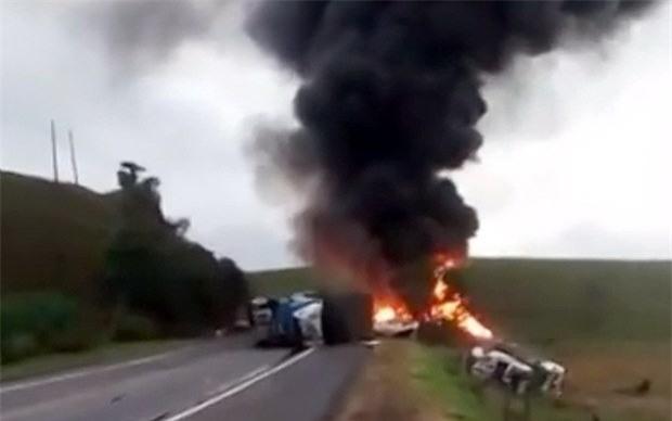 Xe chở đá đâm vào xe buýt, ít nhất 21 người thiệt mạng - Ảnh 1.