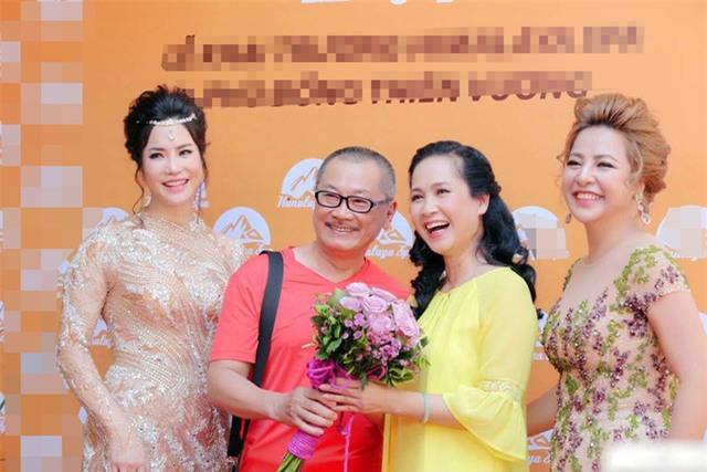 Mẹ chồng Lan Hương và bố chồng Trần Đức trong một sự kiện khai trương spa tại Hà Nội.