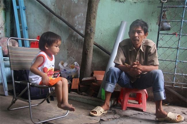 Ông ngoại của 6 đứa trẻ bị nhốt trong nhà, trần truồng gào khóc dưới mưa: Tôi không dám nhận tiền giúp đỡ của ai - Ảnh 3.