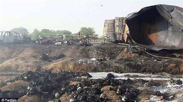 Bất chấp nguy hiểm lao ra hôi dầu từ chiếc xe chở dầu bị lật, ít nhất 123 người chết - Ảnh 1.