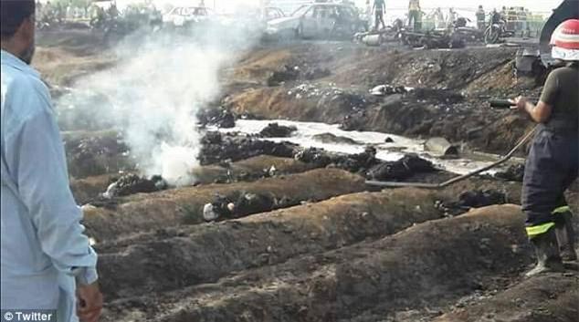 Bất chấp nguy hiểm lao ra hôi dầu từ chiếc xe chở dầu bị lật, ít nhất 123 người chết - Ảnh 2.