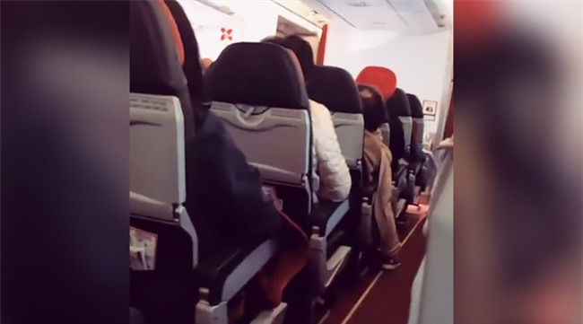 Máy bay AirAsia rung lắc như máy giặt, phi công khuyên hành khách hãy cầu nguyện - Ảnh 2.