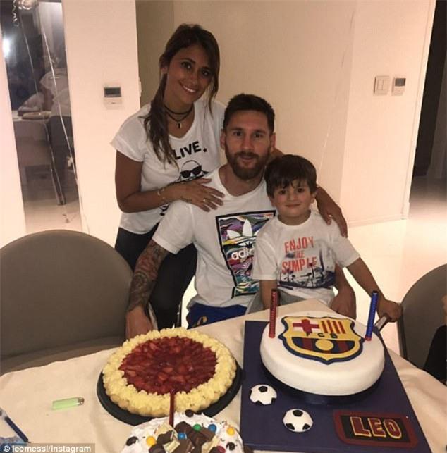 Messi mừng sinh nhật với chiếc bánh in logo Barca - Ảnh 1.