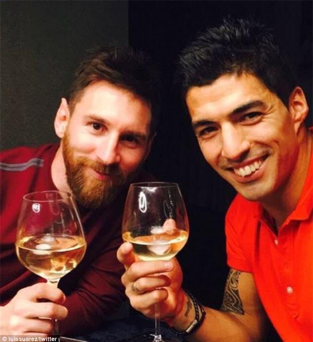 Messi mừng sinh nhật với chiếc bánh in logo Barca - Ảnh 2.