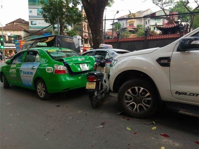 """Hà Nội: Xe """"điên"""" đâm 5 ô tô, xe máy, 3 người thương vong - 1"""