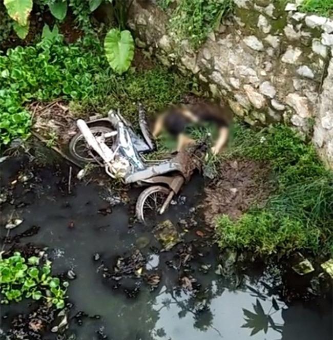 Tin nóng trong ngày: Phát hiện người đàn ông cắm đầu xuống mương nước tử vong ở Hà Nội - Ảnh 1.