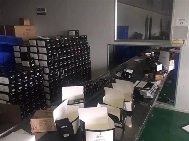 Rất nhiều thể loại mỹ phẩm ngoại nhập hay xách tay đi ra từ xưởng sản xuất kinh hoàng như thế này! - Ảnh 12.
