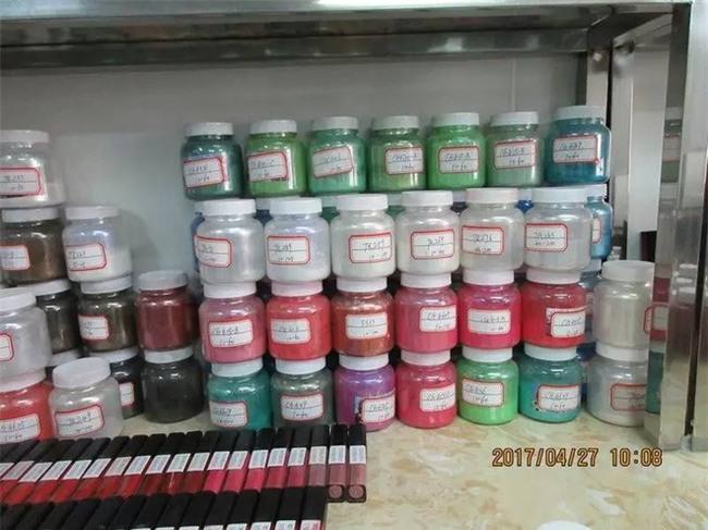 Rất nhiều thể loại mỹ phẩm ngoại nhập hay xách tay đi ra từ xưởng sản xuất kinh hoàng như thế này! - Ảnh 7.