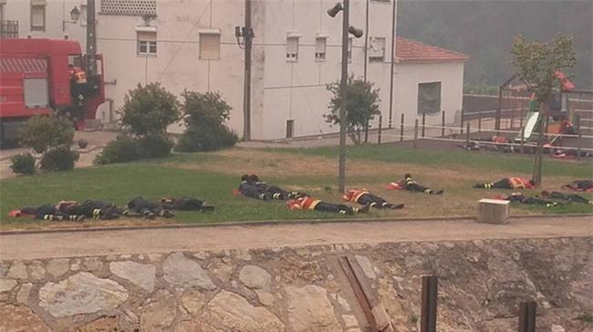 Hình ảnh những người lính cứu hỏa nằm gục trên bãi cỏ khiến cả thế giới cúi mình khâm phục - Ảnh 2.