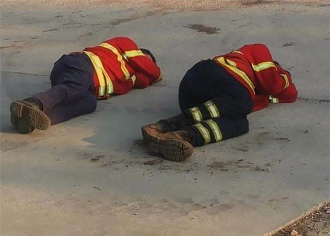 Hình ảnh những người lính cứu hỏa nằm gục trên bãi cỏ khiến cả thế giới cúi mình khâm phục - Ảnh 3.