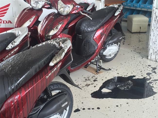 Nhóm thanh niên bịt kín mặt ném nhớt thải pha mắm tôm vào chuỗi 3 cửa hàng xe máy - Ảnh 4.