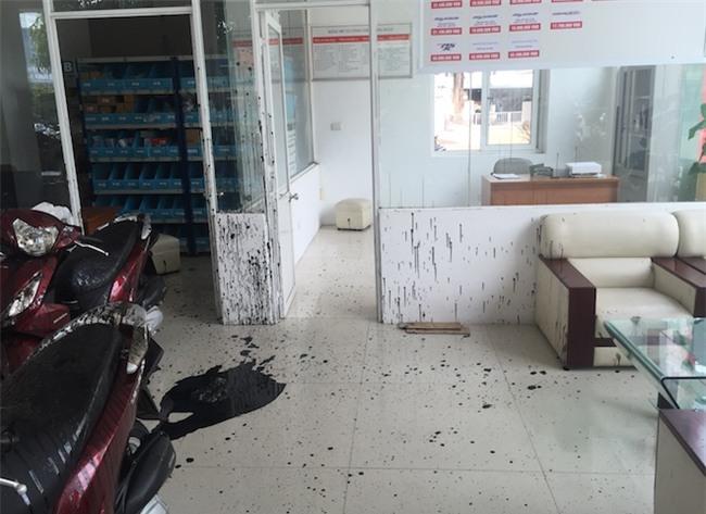 Nhóm thanh niên bịt kín mặt ném nhớt thải pha mắm tôm vào chuỗi 3 cửa hàng xe máy - Ảnh 6.