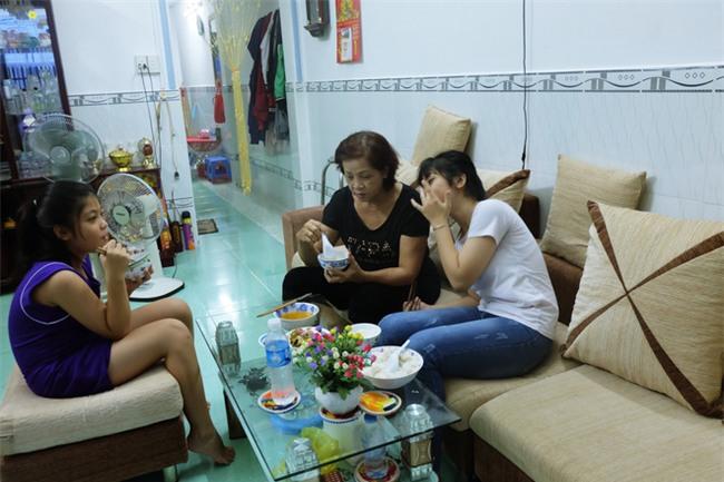 Mẹ bỏ đi, bà nội 60 tuổi làm giúp việc, chạy xe ôm nuôi 3 đứa cháu ở Sài Gòn - Ảnh 12.