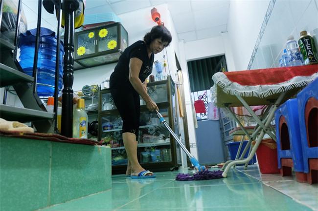Mẹ bỏ đi, bà nội 60 tuổi làm giúp việc, chạy xe ôm nuôi 3 đứa cháu ở Sài Gòn - Ảnh 3.