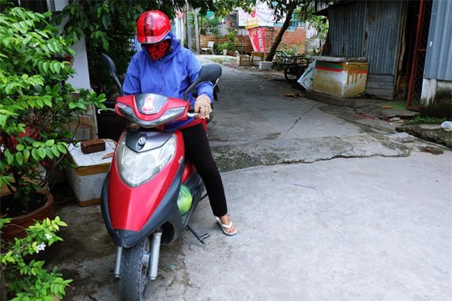 Mẹ bỏ đi, bà nội 60 tuổi làm giúp việc, chạy xe ôm nuôi 3 đứa cháu ở Sài Gòn - Ảnh 6.