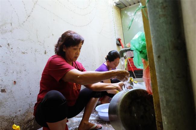 Mẹ bỏ đi, bà nội 60 tuổi làm giúp việc, chạy xe ôm nuôi 3 đứa cháu ở Sài Gòn - Ảnh 7.