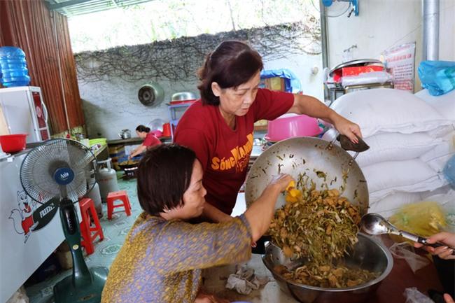 Mẹ bỏ đi, bà nội 60 tuổi làm giúp việc, chạy xe ôm nuôi 3 đứa cháu ở Sài Gòn - Ảnh 8.