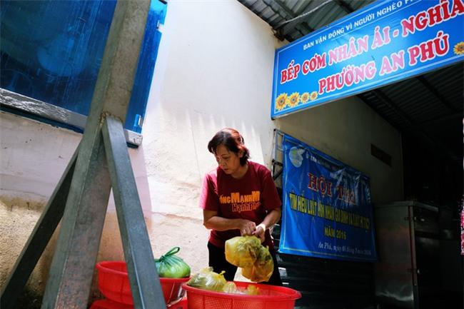 Mẹ bỏ đi, bà nội 60 tuổi làm giúp việc, chạy xe ôm nuôi 3 đứa cháu ở Sài Gòn - Ảnh 9.
