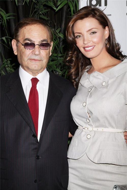 Cô vợ Ukraine đẹp như tiên sa của tỷ phú sòng bài 82 tuổi - Ảnh 1.