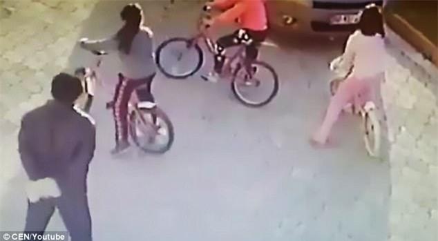 Người đàn ông bị bắt giữ sau khi cầm gạch, bất thình lình đập vào đầu bé gái giữa đường - Ảnh 2.