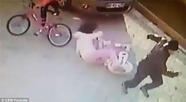 Người đàn ông bị bắt giữ sau khi cầm gạch, bất thình lình đập vào đầu bé gái giữa đường - Ảnh 3.