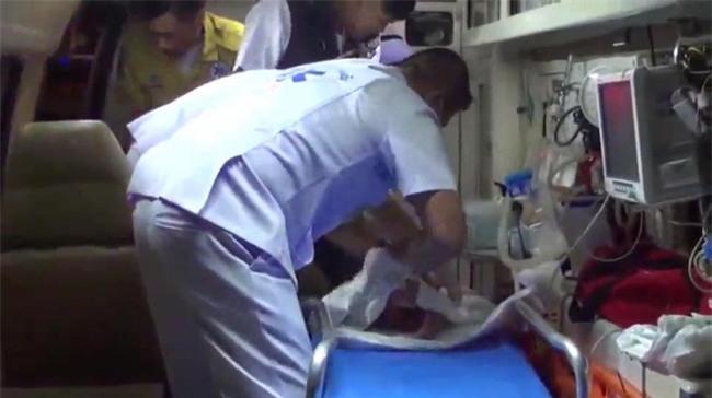Bé sơ sinh bị cha mẹ bỏ rơi cạnh thùng rác, lao công hoảng sợ khi phát hiện bé bị kiến bu toàn thân - Ảnh 2.
