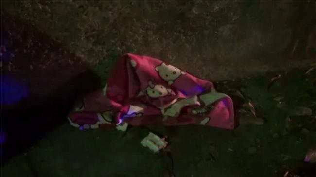 Bé sơ sinh bị cha mẹ bỏ rơi cạnh thùng rác, lao công hoảng sợ khi phát hiện bé bị kiến bu toàn thân - Ảnh 5.